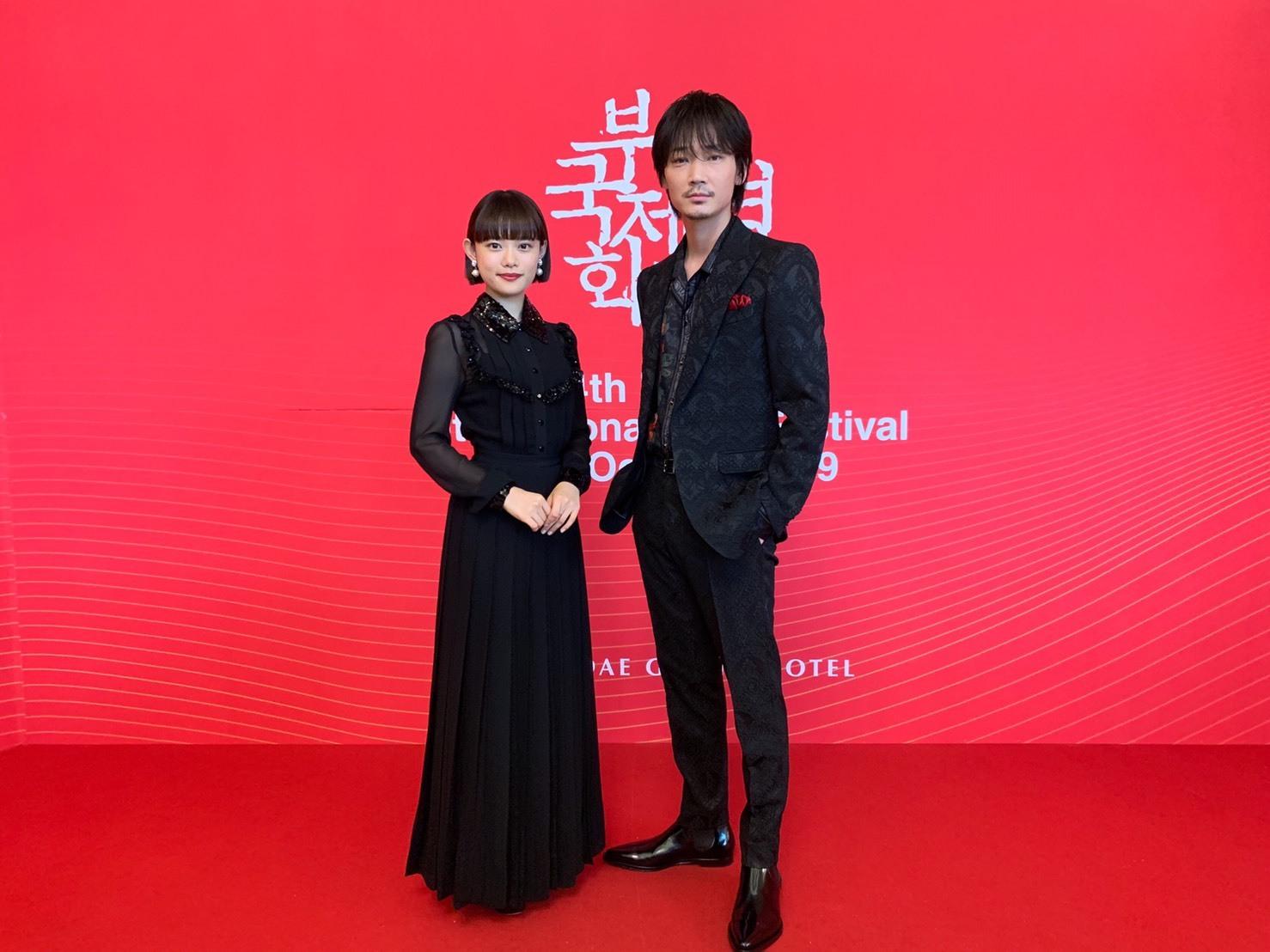 左から、杉咲花、綾野剛 第24回釜山国際映画祭レッドカーペットにて