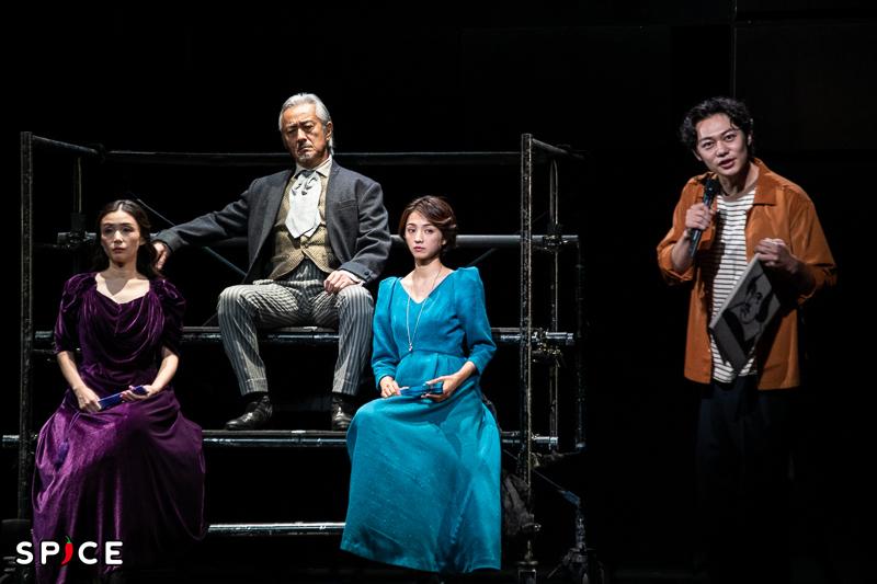 (左から)中嶋朋子、山路和弘、満島ひかり、碓井将大 劇の冒頭で人間関係を軽妙に解説中。