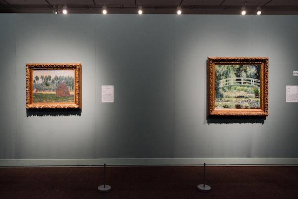 右/クロード・モネ《白い睡蓮》1899年 左/クロード・モネ《ジヴェルニーの積みわら》1884-1899年 (C)The Pushkin State Museum of Fine Arts, Moscow.