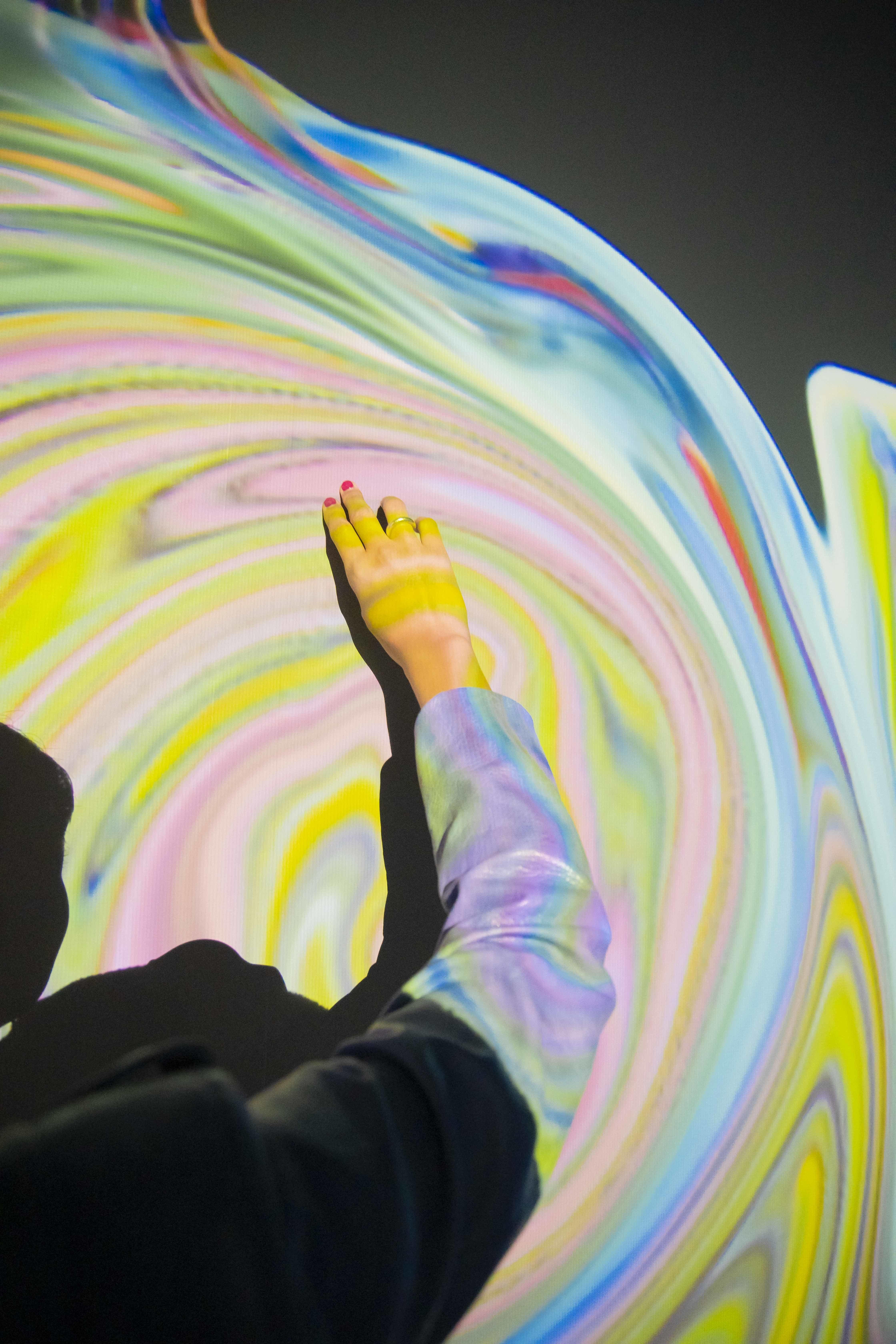 手の動きにあわせて壁面の色が混ざり合っていく。