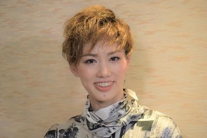 宝塚歌劇団 雪組 男役スター・彩風咲奈 全国ツアー公演取材会レポートが到着