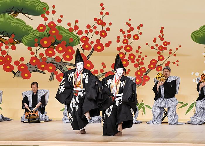 『寿式三番叟』左から、三番叟=松本幸四郎、三番叟=尾上松也