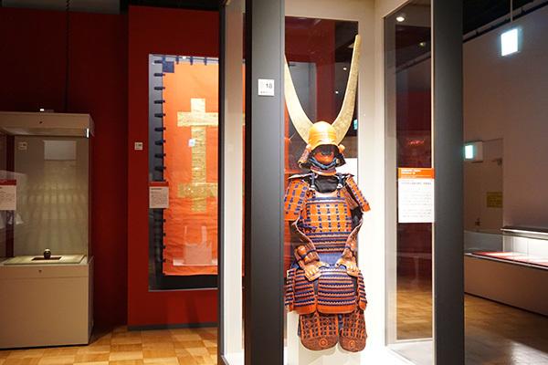 「井伊の赤備え」の品々が並ぶ展示室