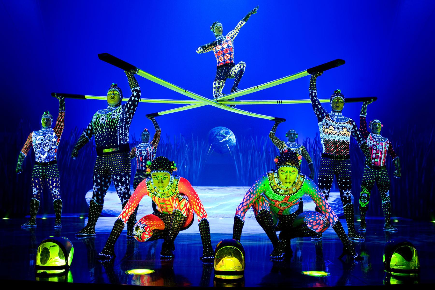 ロシアン・バー 1 RUSSIAN BARS Photo: OSA Images Costumes: Kym Barrett © 2010 Cirque du Soleil