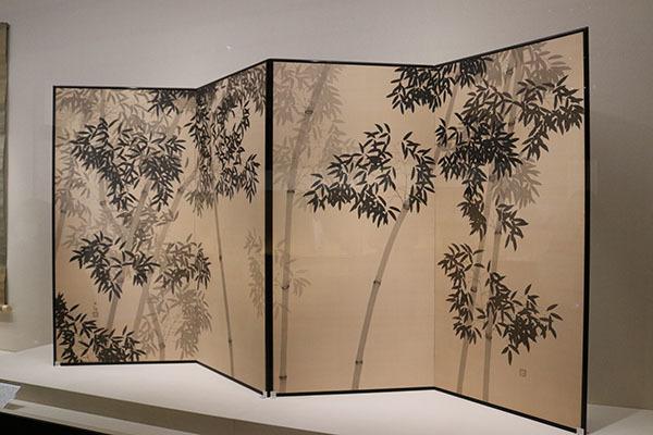 横山大観《竹》1918(大正7)年。本作も裏箔を用いた一作。光に包まれた竹林を幻想的に表現している