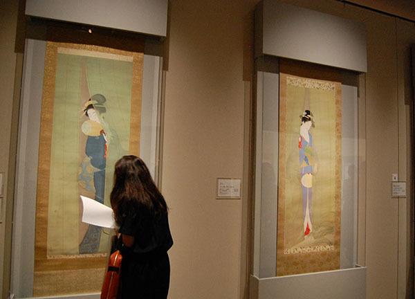 写真左が上村松園《新蛍》1929(昭和4)年、右が同じく松園《夕べ》1935(昭和10)年
