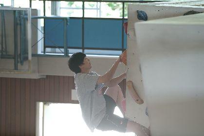 """伊藤健太郎が""""登頂寸前""""で夢中な表情を見せる 映画『のぼる小寺さん』でボルダリングに挑戦するオフショットを公開"""