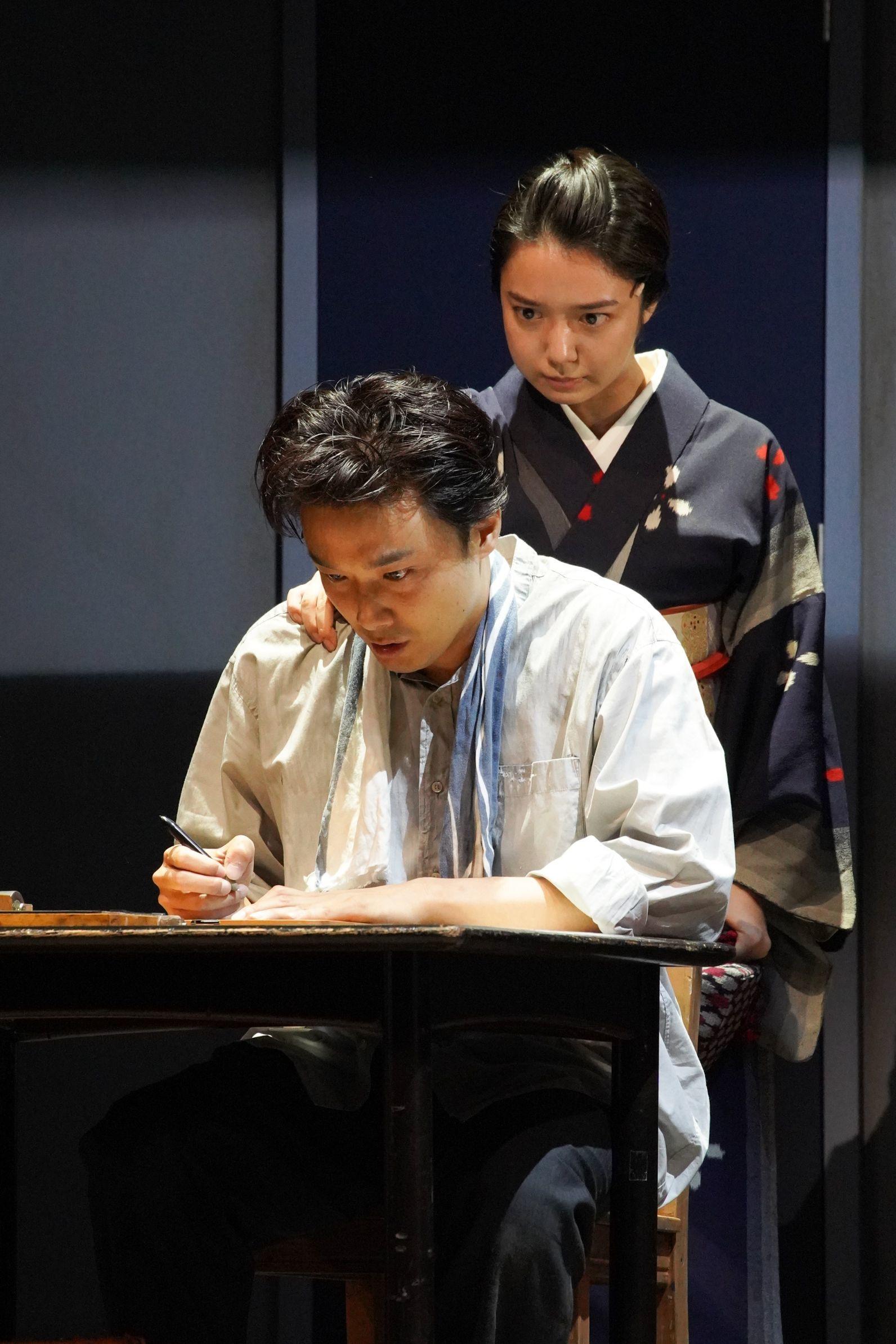 舞台『組曲虐殺』左より、井上芳雄、上白石萌音 撮影=宮川舞子