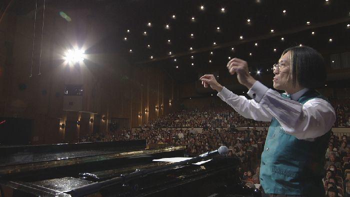 フィナーレで『きよしこの夜』を指揮する宮川彬良