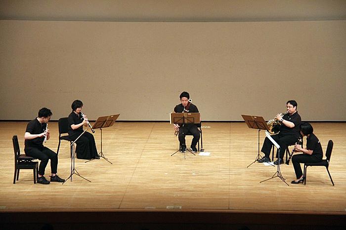 木管奏者は、アリューの木管五重奏曲を演奏。