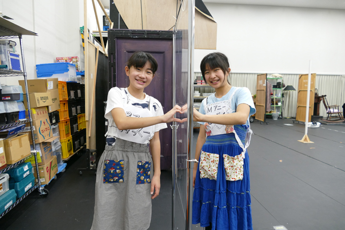 荒井美虹(チーム・バケツ) 德山しずく(チーム・モップ) 稽古場にて
