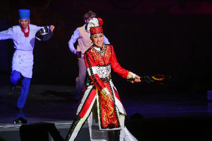 宝塚歌劇星組トップスター・紅ゆずるがラスト公演で笑いを巻き起こす『GOD OF STARS-食聖-』