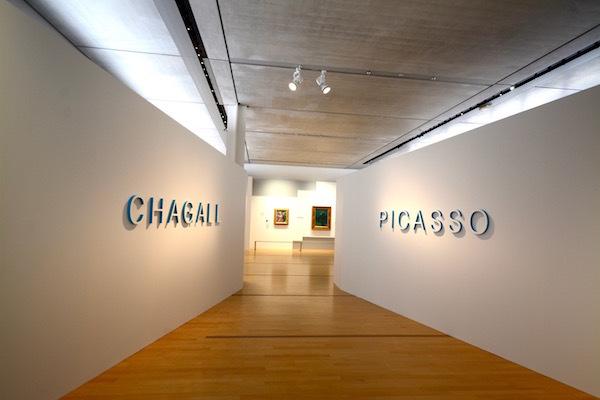 最初の展示室へのアプローチ。「PICASSO」と「CHAGALL」の文字が白い壁に映える