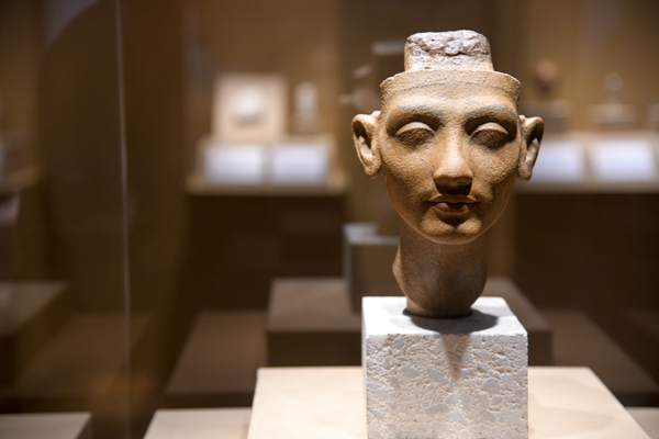 《ネフェルティティ王妃あるいは王女の頭部》前1351年〜前1334年頃