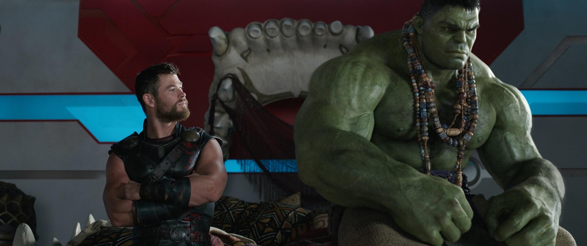 左から、クリス・ヘムズワース演じるソー、マーク・ラファロ演じるハルク (C)Marvel Studios 2017