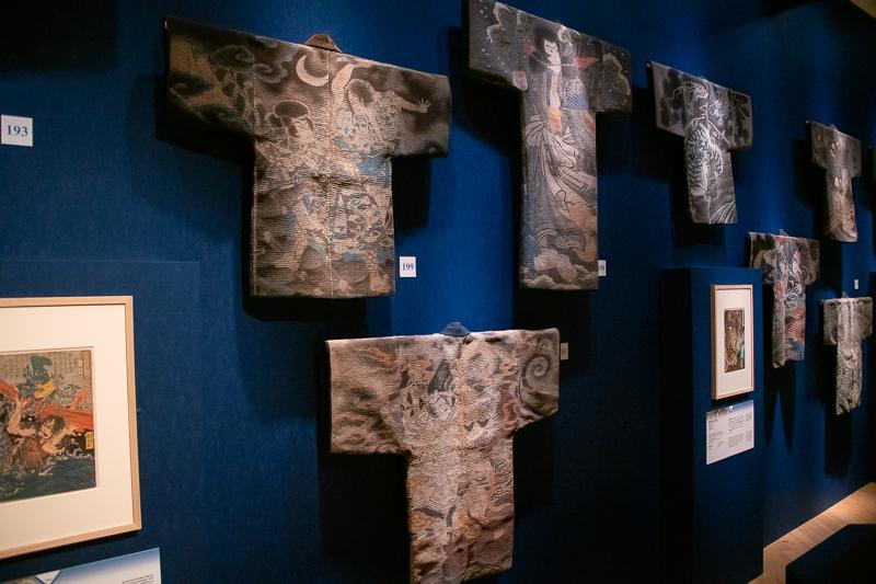 特別展『きもの KIMONO』展示風景: 火消半纏がずらりと展示されている。