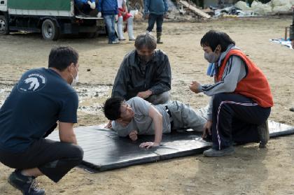 佐藤健が顔面から泥水に突入 押さえつけられ絶叫するシーンの裏側に迫る『護られなかった者たちへ』メイキング映像を公開