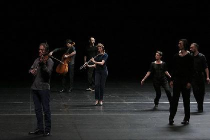 ベルギーから2年ぶりの来日で「ローザス」が新旧の2作品『ファーズ』『時の渦』を上演【鑑賞レポート】
