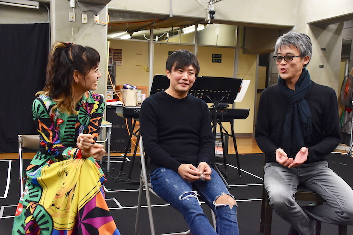 取材に応える、木村花代、藤岡正明、板垣恭一(左から)