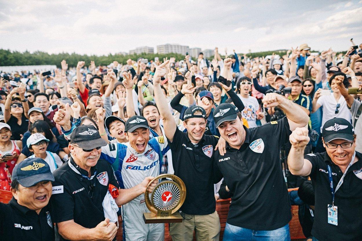 昨年のチャンピオン、室屋義秀が凱旋。日本中のファンが勝利を願っている