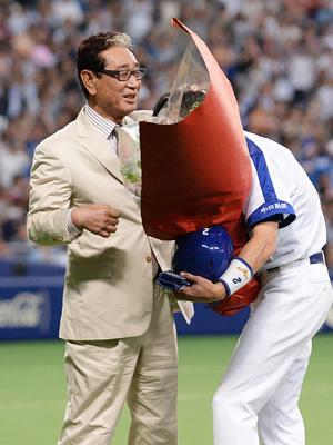 1月4日に急逝した星野仙一氏(左)の功績を讃え、過去に同氏が監督を務めた3球団で追悼試合が組まれた