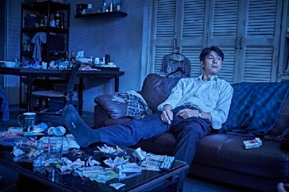 チョン・ウソンが声を荒げ、バックハグからの「行くな!」 映画『藁にもすがる獣たち』本編映像の一部を解禁