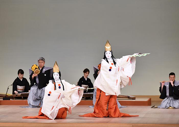 『二人静』左より若菜摘=中村児太郎、静御前の霊=坂東玉三郎