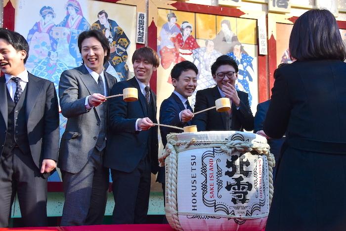 笑顔で酒を振る舞う尾上松也(左から2番目)ら