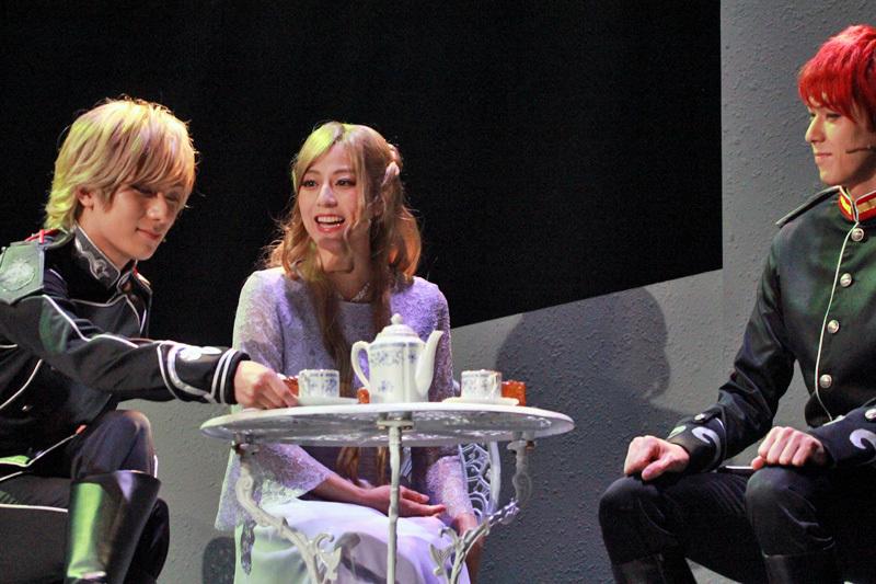 中央:アンネローゼ・フォン・グリューネワルト役 杉本有美
