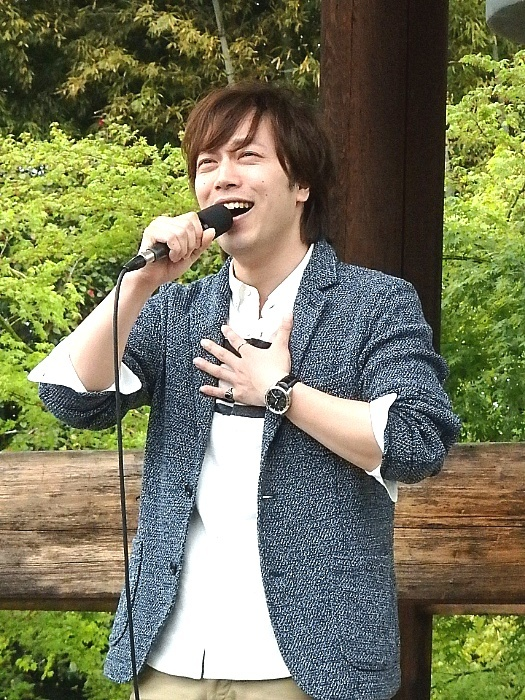 劇中歌「陽ざしの中へ」を熱唱する飯田達郎