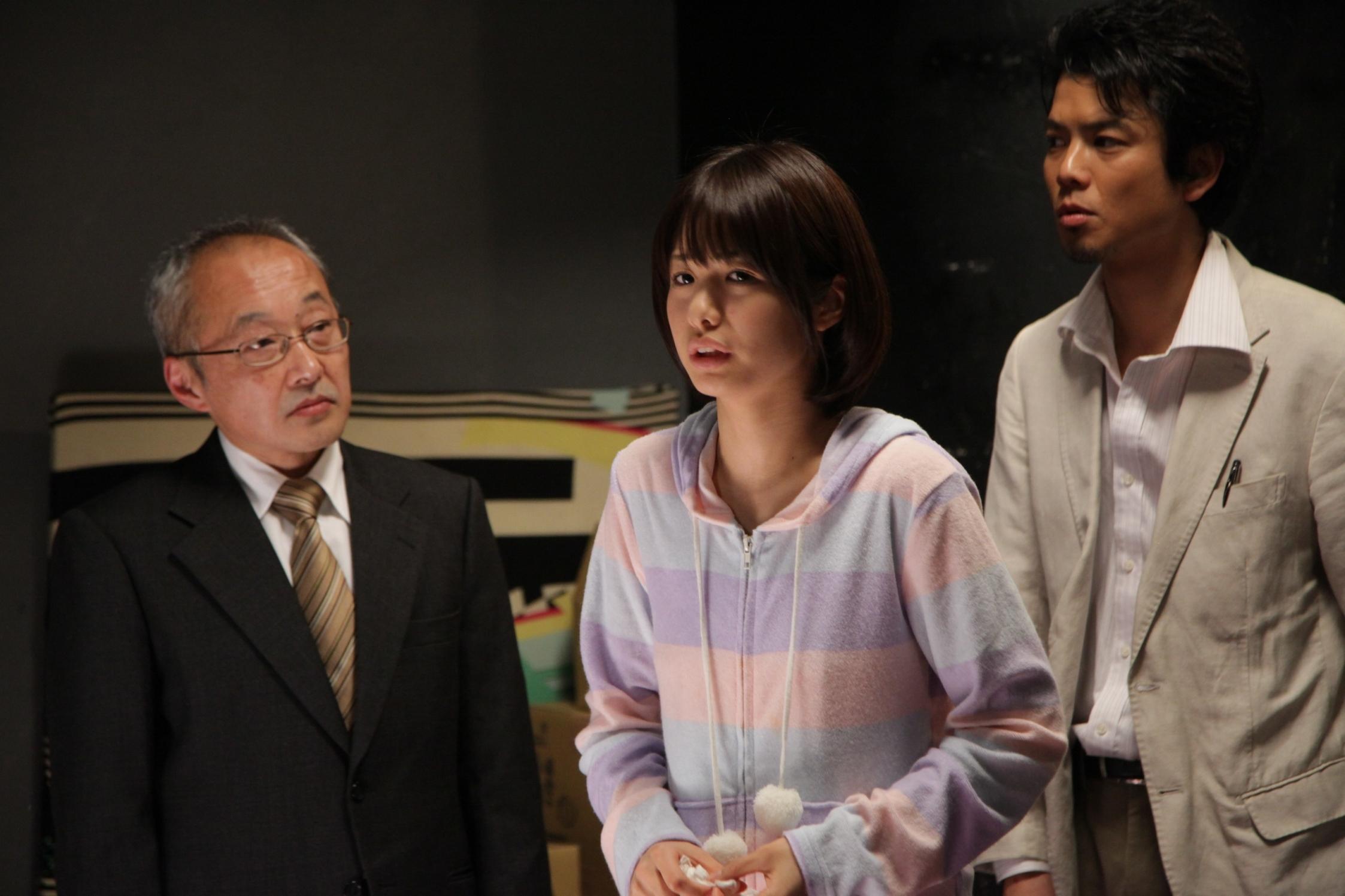 右側のスーツの男性は元男優のマネージャーという設定。アダルト業界あるある (C)2014 映画『メイクルーム』製作委員会