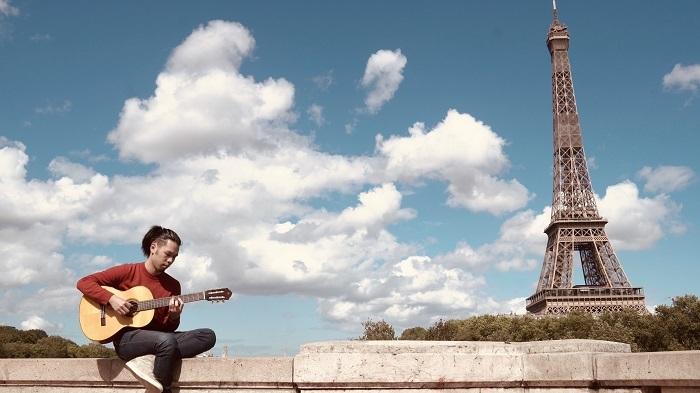 フランス留学中の「旅ギター」(ISANA AKITA YouTubeチャンネルで配信)スナップ