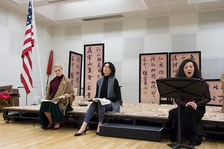 左より)サラ・マクドナルド(ケイト)、鳥木弥生(スズキ)中嶋彰子(蝶々夫人)