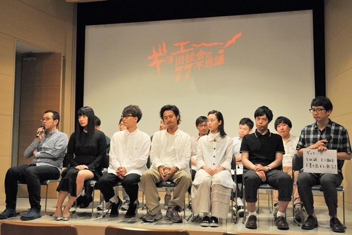 記者たちの質問に答えていく上田誠(左端)。