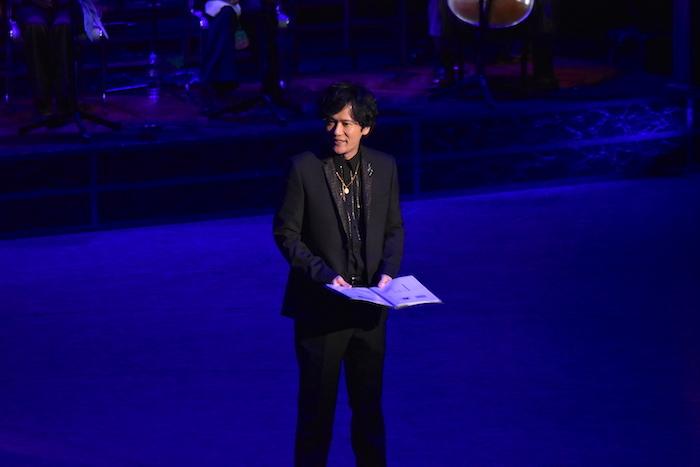 『ウォルト・ディズニー・アーカイブス コンサート』の様子。稲垣吾郎が案内人を務める。