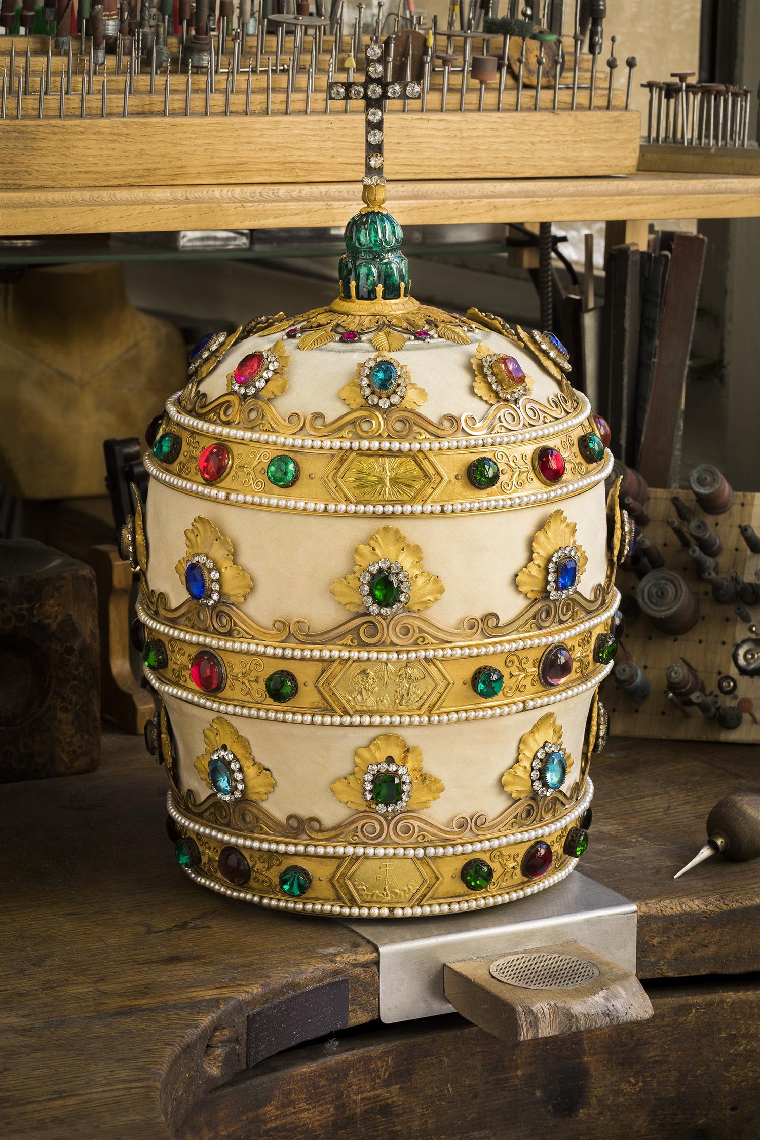 アンリ・オーギュスト(金銀細工職人)、マリ=エティエンヌ・ニト、フランソワ=ルニョー・ニト 《皇帝ナポレ オン1世より贈呈された教皇ピウス7世のティアラ》 1804-1805年(後世に数回修正) ゴールド、シルバー、金箔、エメラルド、ラインストーン、真珠、合成石、カ ットガラス、シルクのヴェルヴェット、ラメ入りのゴールド、金属糸、木、紙 教皇庁聖具室、ローマ (C) Chaumet / Régis Grman