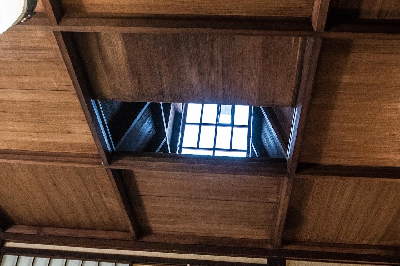 大広間の天井の明かり窓。斜めになった天井の横に「武者溜まり」が設えてある