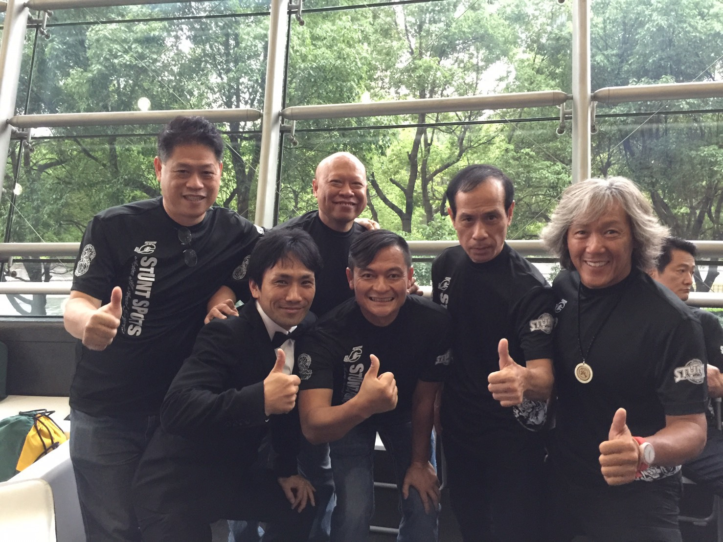 下村勇二監督とベニー・ライ(右から2番目)らジャッキーゆかりの面々