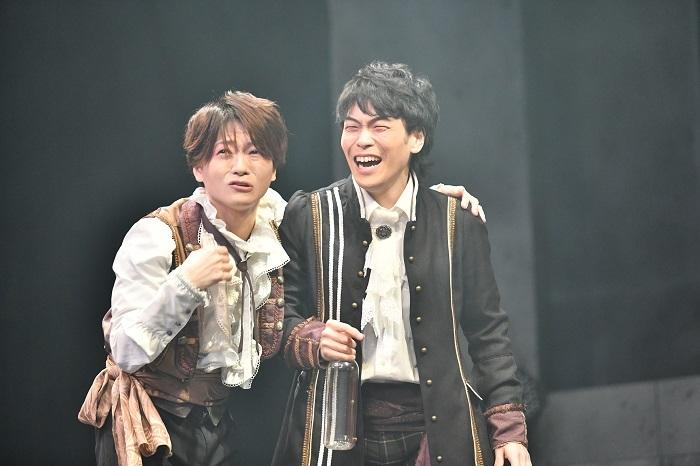 ヴラドの計画 により商売が上手くいく布商人ティボル新井裕士 (左)とミハイ後藤菊之介 (右)