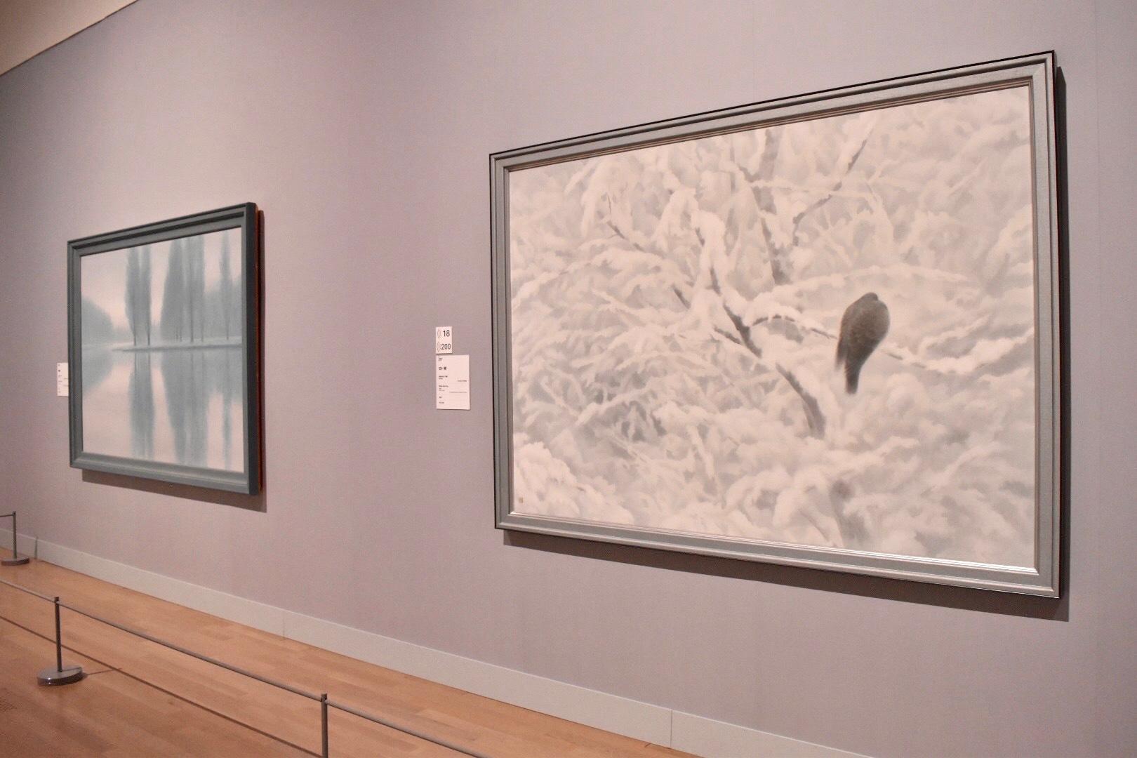 右:《白い朝》 昭和55年 東京国立近代美術館蔵 左奥:《静唱》 昭和56年 長野県信濃美術館 東山魁夷館蔵