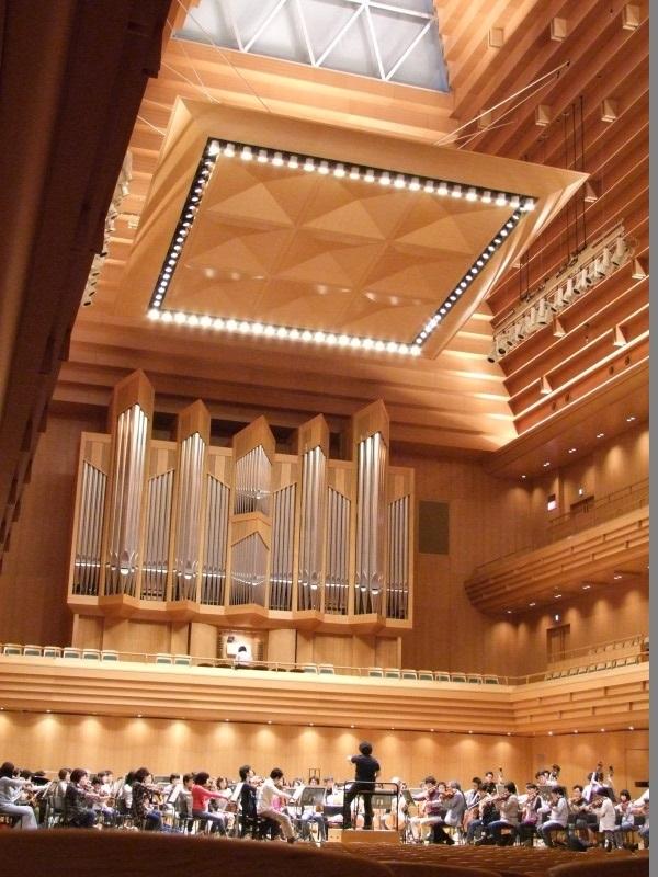 東京オペラシティコンサートホールのステージを埋めた大編成はそれだけでも壮観だ