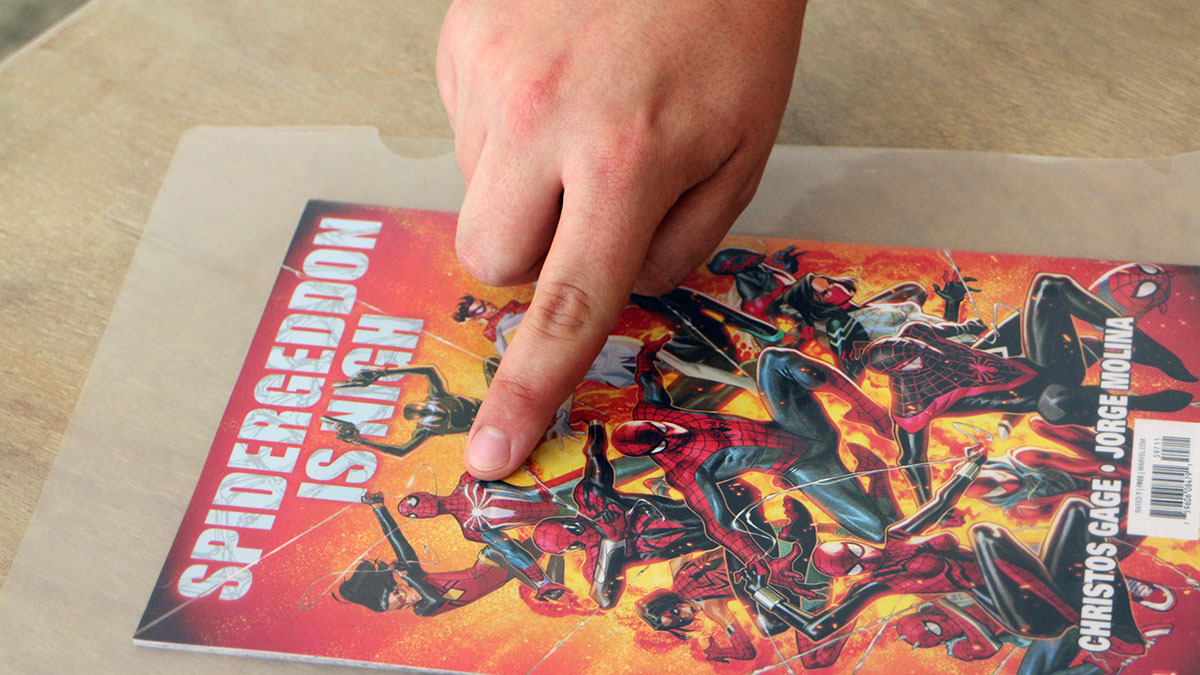 コミックスの『スパイダーゲドン』。表紙にPS4ゲームのコスチュームが描かれている 撮影:梅田勝司