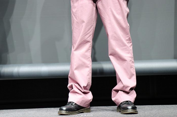 崎山さんは薄めのピンク色のパンツ姿。おしゃれ!