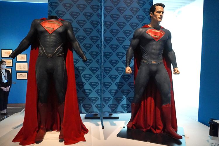 左より:《スーパーマンのコスチューム》(映画『マン・オブ・スティール』(2013年))、《スーパーマンのコスチューム》(映画『バットマン VS ス―パーマン ジャスティスの誕生』(2016年)) DC SUPER HEROES and all related characters and elements (C) & TM DC Comics. WB SHIELD: (C) & TM WBEI. (s21)
