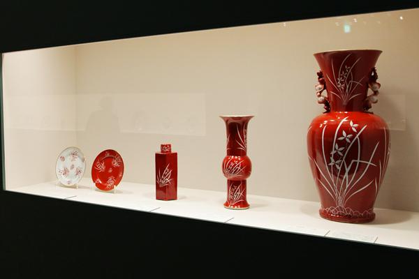 色絵金彩「エステルハージ」文 右手前から瓶、尊形瓶、六角形瓶、皿