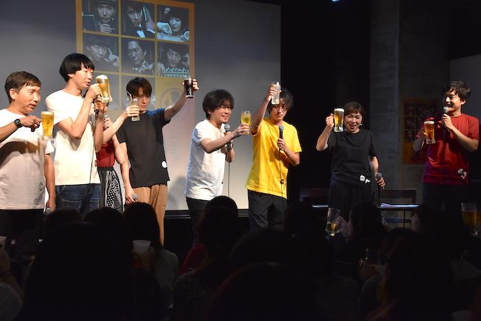 米津玄師を意識したヘアスタイルだという安西慎太郎が乾杯の挨拶をした。「皆さま、本日はご来場いただきまして、ありがとうございます。カンパーイ!」
