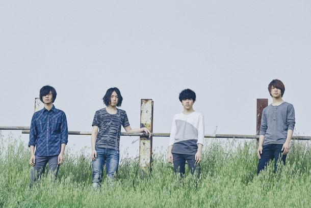 左から露口仁也(G)、細川千弘(Dr)、山内彰馬(Vo, G)、たいたい(B)。