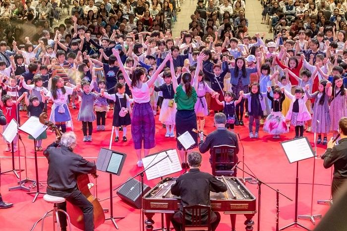 子どもたちの音楽アトリエ(ワークショップ) /地上広場 キオスク(無料公演)ステージ (C)teamMiura
