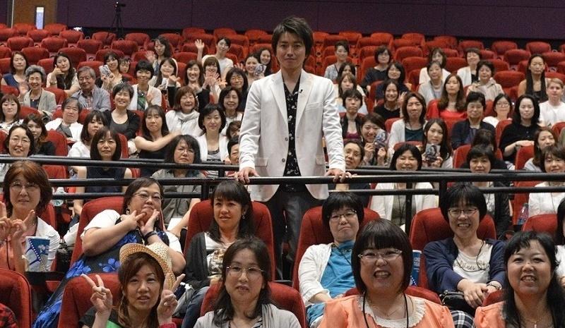 上映会での藤原竜也とファン