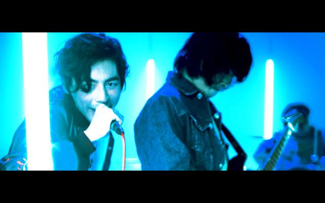 パノラマパナマタウン「Top of the Head」ミュージックビデオのワンシーン。